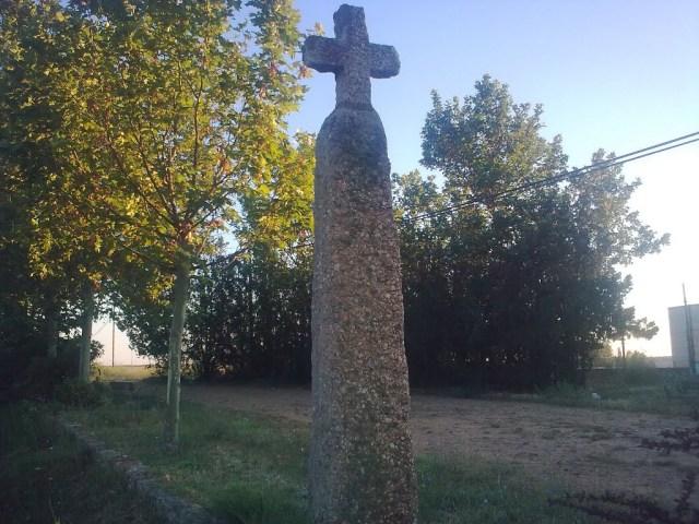 La Cruz del Rey Don Sancho se levanta en el lugar exacto donde murió el rey Sancho II (imagen de Antonio Retamosa)